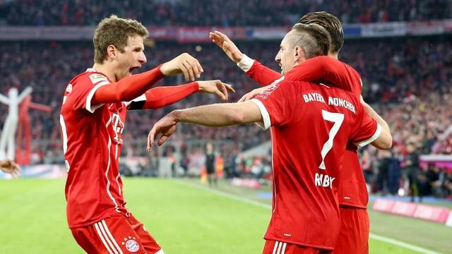 Müller, Ribéry und Rodriguez bejubeln das 5:0.