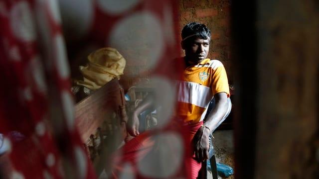 In um da la Sri Laka che guarda trist.