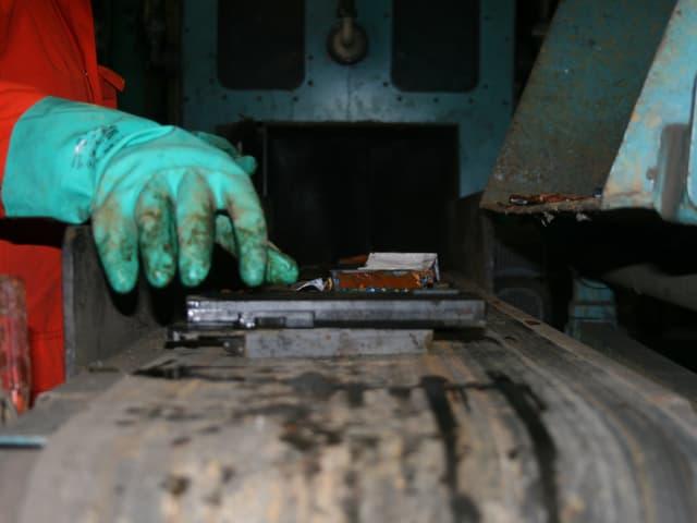 Batterien werden für den Schredder-Prozess vorbereitet.