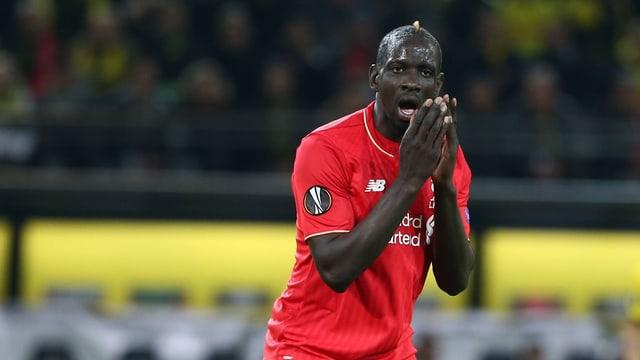 Liverpools Mamadou Sakho hält fassungslos die Hände vors Gesicht.