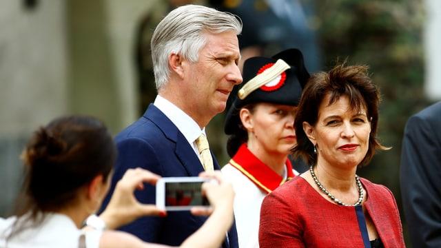 König Philippe und Doris Leuthard werden mit einem Handy abgelichtet.