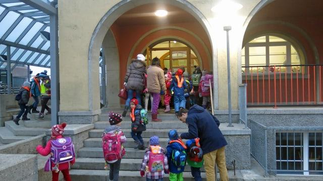 Kinder und Eltern vor einem Hauseingang