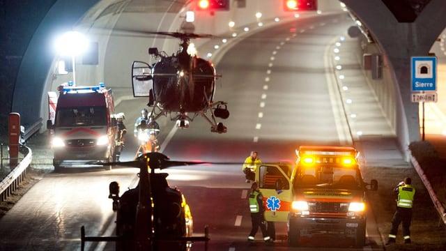 Ein Helikopter steigt vor dem Tunnel in die Luft.