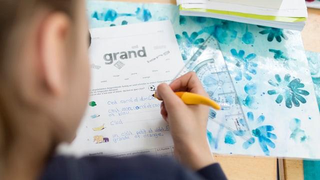 Ein Mädchen lern Französisch.