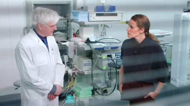 Frau und Mann stehen im Labor