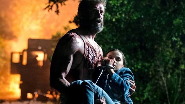ein Mann trägt seine Tochter.