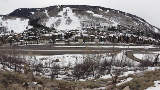 Vista sin Vail, ina gronda gruppa da chasas gist a la muntogna cun las pistas da skis.
