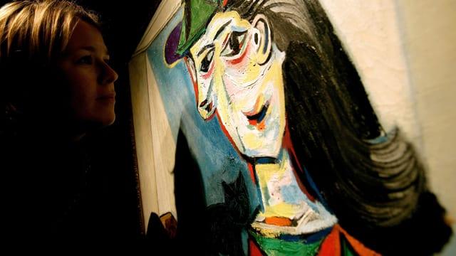 Ein Betrachter schaut auf ein Bild von Picasso.
