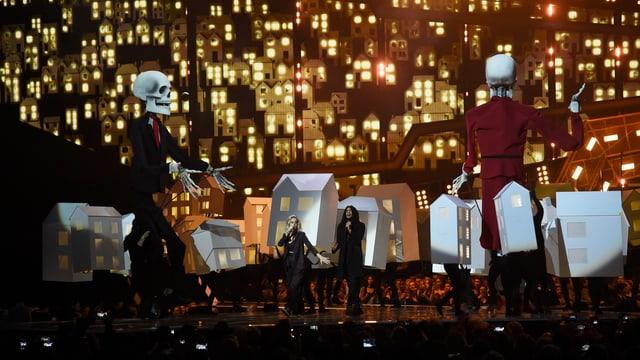 Katy Perry und zwei grosse Marionetten als Skelette