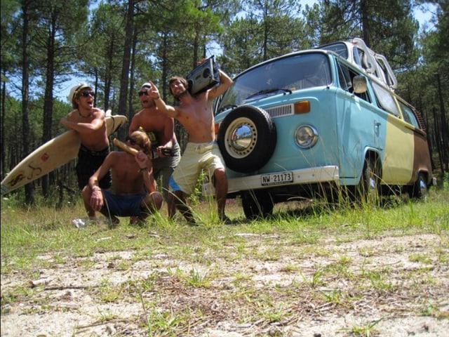 Surfbrett, Ghettoblaster und eine Handvoll guter Freunde. Daniel Bircher schickt diesen Bus ins Rennen.