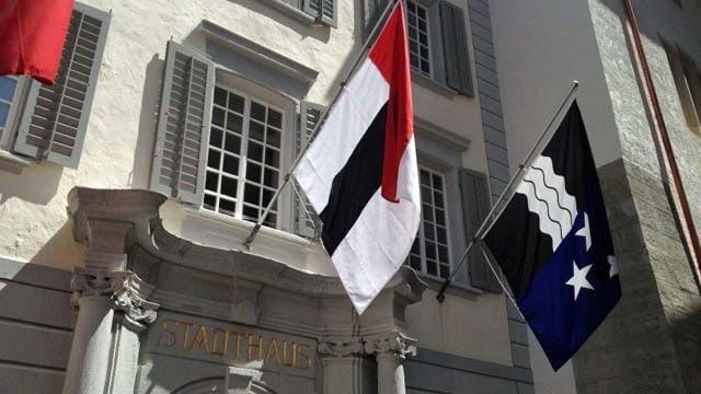 Stadthaus Baden mit Badener Flagge und Aargauer Flagge