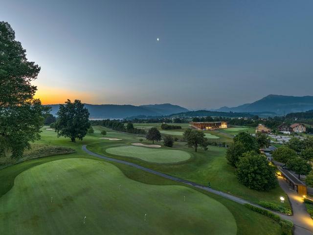 Ausblick auf den Golfpark Holzhäusern bei Sonnenuntergang.