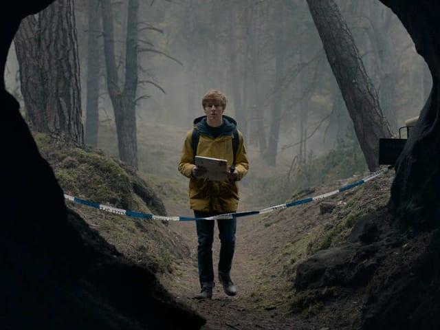 Jonas Kahnwald (Louis Hofmann) auf der suche nach seinem vermissten Kollegen Erik.