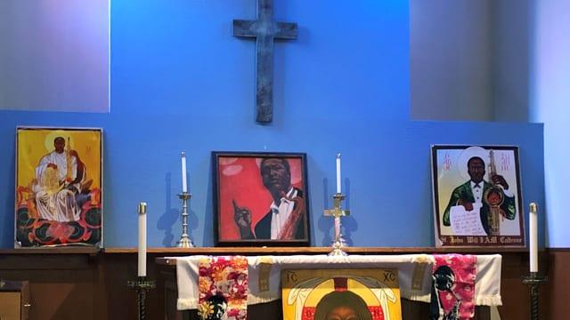 Ein Schrein mit einem Kreuz und Bildern eines Musikers.