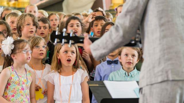Ein Kinderchor beim Singen.