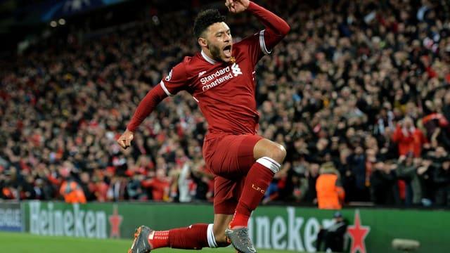 Alex Oxlade-Chamberlain da Liverpool cun in sigl da legria.