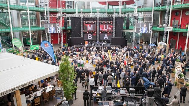 Im Rundhof der Messe Basel findet während der Muba ein Podium statt.
