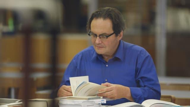 Erich Eicher liest Dokumente