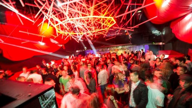 Tanzende Menschen in einer Disco.