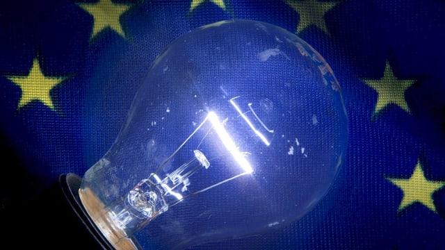 Eine Glühbirne vor einem blauen Hintergrund mit gelben Sternen.