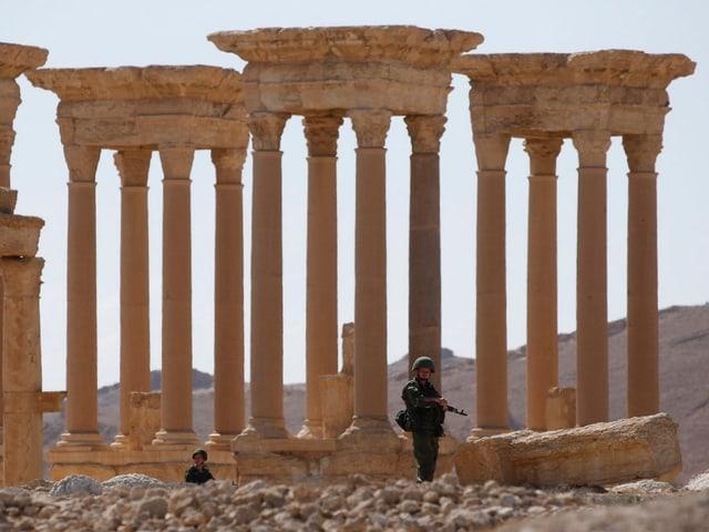 Russische Soldaten patrouillieren im Frühjahr 2016 in Palmyra.