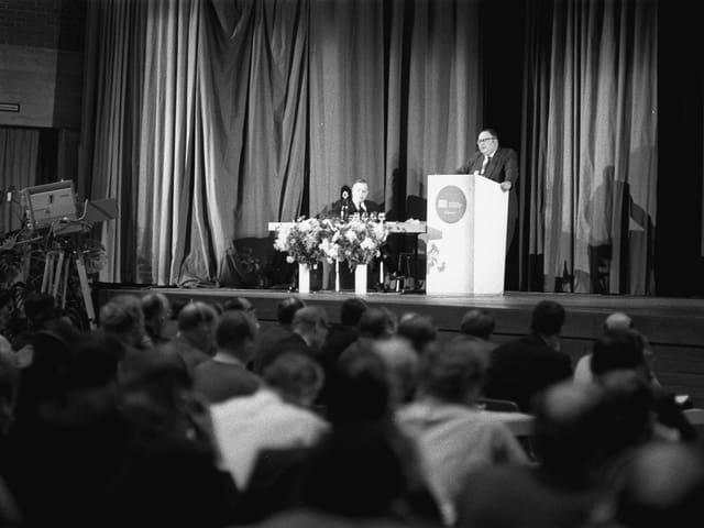 Der amerikanische Futurologe Herman Kahn während seines Vortrages beim WEF-Vorläufer European Management Symposium 1971 in Davos.