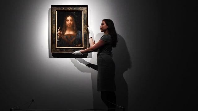 Eine Frau hält den «Salvator Mundi».