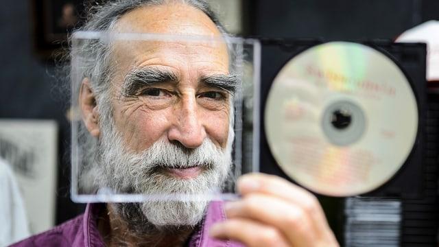 Ein Mann mit einer CD