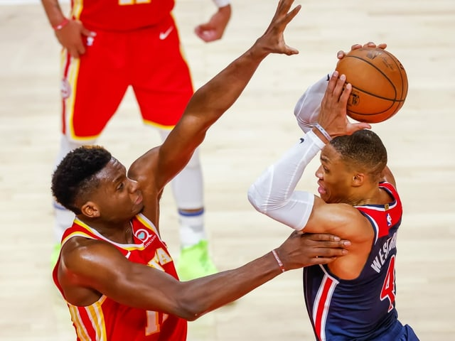 Atlantas Clint Capela gegen Washingtons Russell Westbrook.