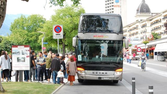 Bus hält am Interlakner Höheweg.