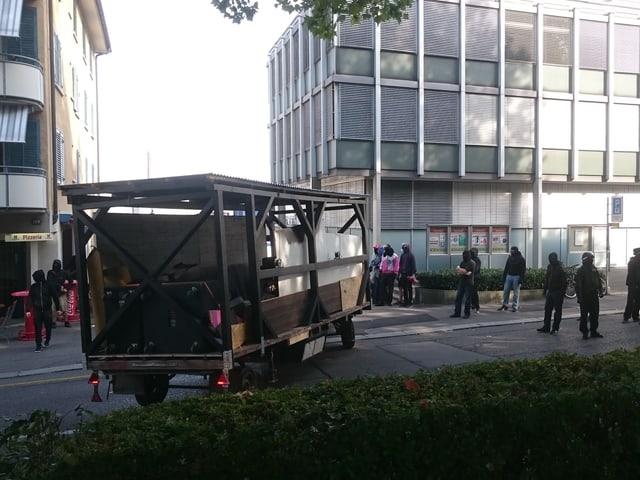 Mit Traktoren transportierten die Aktivisten Material an.