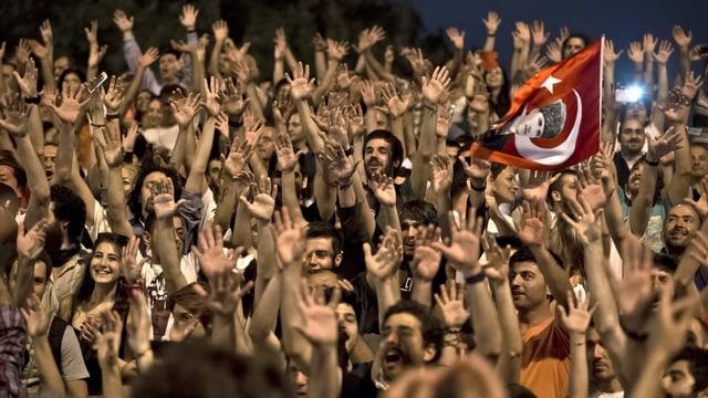 Protestierende die Hände hochhaltend.