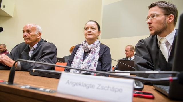 Beate Zschäpe sitzt zwischen ihren Verteidigern im Gerichtssaal.