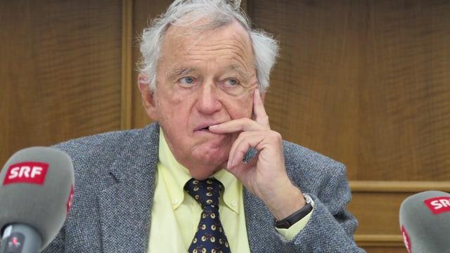 Hansjörg Wyss legt Finger an Kopf