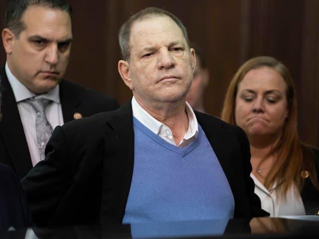 Harvey Weinstein in weissem Hemd, hellblauem Pullover und schwarzem Sakko