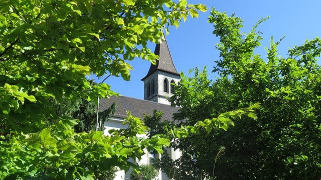 Die Kirche von aussen, umgeben von Bäumen
