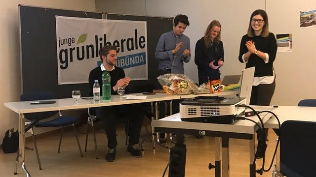 Da sanester: Tobias Vögeli (co-president da la partida verd-liberala giuvna svizra), Marc Andriu Carigiet (vicepresident), Ruben Garbade (cassier) e Géraldine Danuser (presidenta)