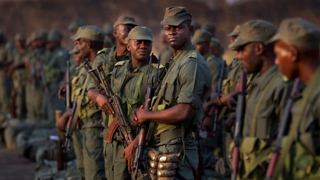 Soldaten mit Gewehren.