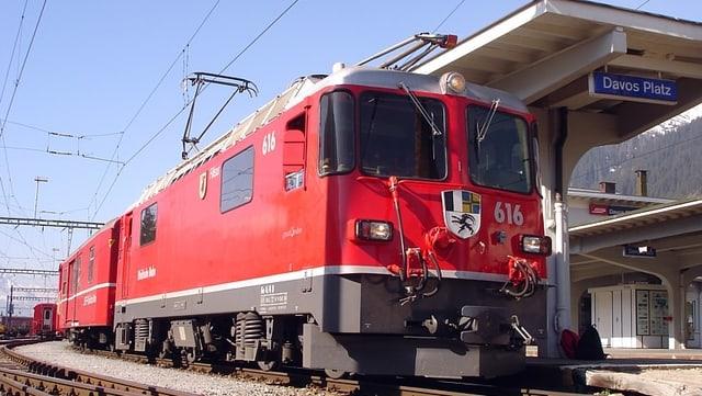 Locomotiva a la staziun da Tavau Plaz.