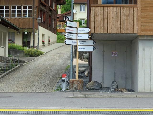 Strasse, Wegweiser mit verschiedenen Schildern, z.B. Toiletten, Festwirtschaft