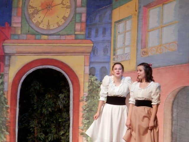 Schneeweisschen und Rosenrot auf der Bühne.