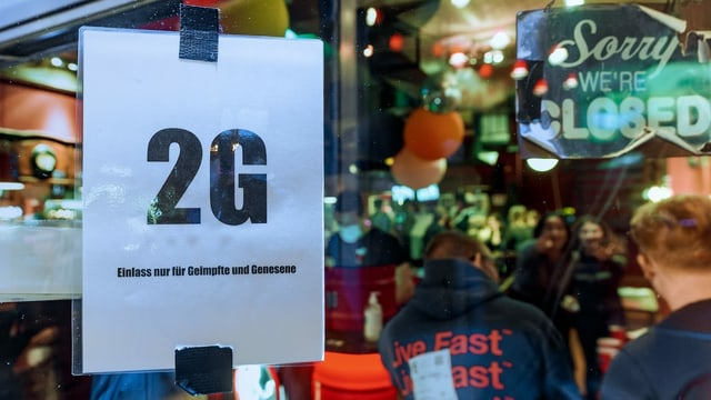 2G-Hinweis bei einem Eintritt in einen Club.
