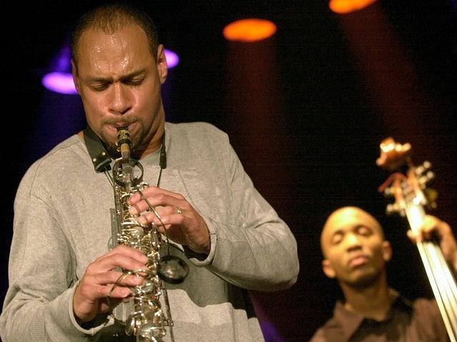 Joshua Redman spielt Saxophon.