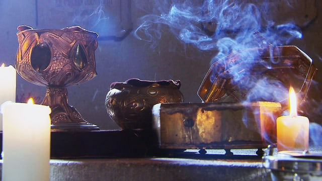 Goldene Gefässe, aus denen der Rauch steigt.
