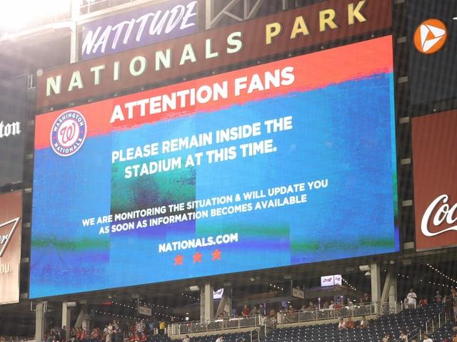 Die Polizei informierte die Fans auf den Bildschirmen.