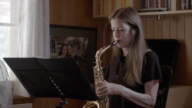 Isabel Sahli spielt Saxophon.