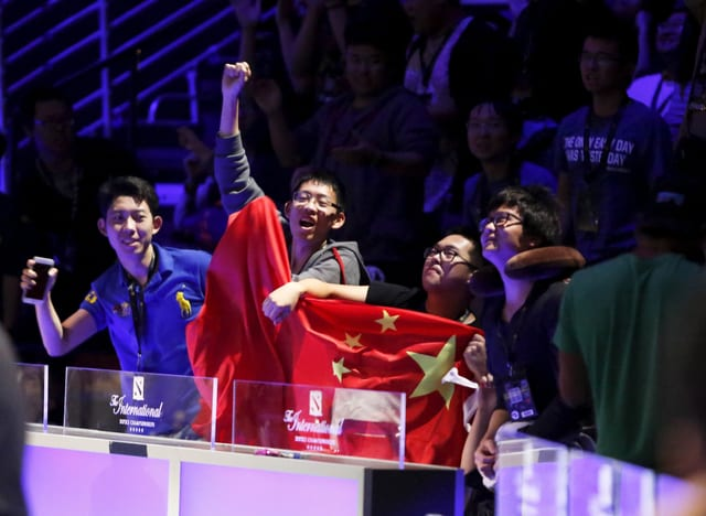 Chinesische Fans jubeln für ihr Team.