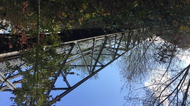 Die stillgelegte Stahlbrücke mit einem alten Zementförderband in der Mitte