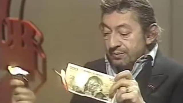 Serge Gainsbourg zündet eine Note an.