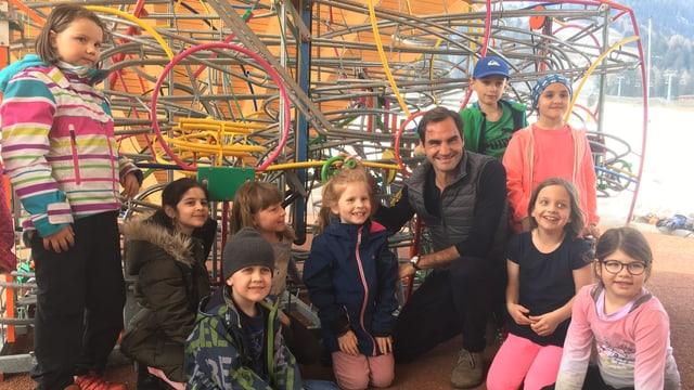 Roger Federer amez scolars da l'emprima classa da Churwalden.